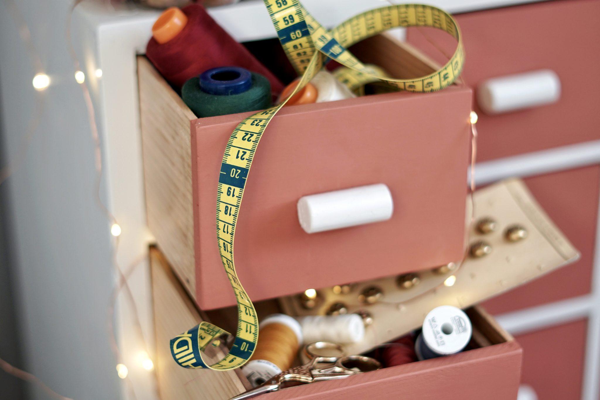 Guide couture débutant - Quel matériel pour débuter la couture - Huguette Paillettes meuble mercerie et mètre ruban