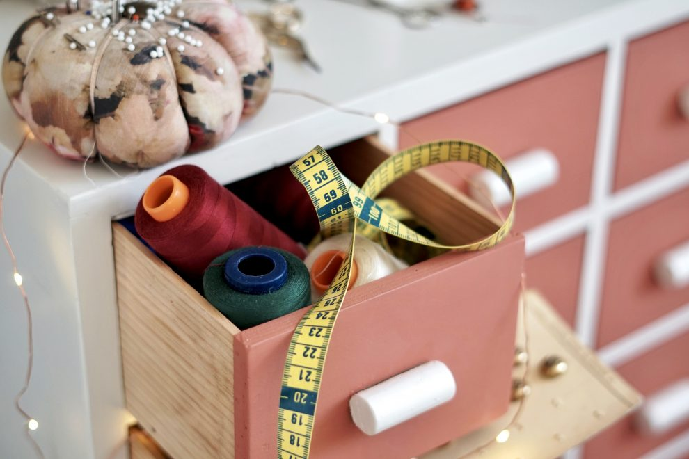 Guide couture débutant - Quel matériel pour débuter la couture - Huguette Paillettes meuble de mercerie et mètre ruban