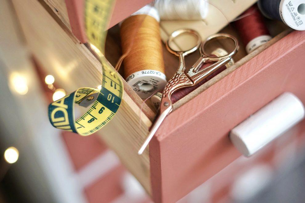 Guide couture débutant - Quel matériel pour débuter la couture - matériel couture débutant - Huguette Paillettes - Ciseaux cigogne